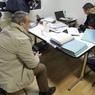 Chaque document trouvé est lu par les officiers de police pour vérifier si ceux-ci ont un rapport avec cette affaire de faux diplômes délivrés pour des centaines de chinois désireux d'obtenir une carte de séjour en France.