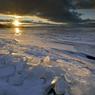 La glace et le froid saisissent le pays pendant 5 mois. Le Saint-Laurent, sillonné de chenaux d'eau libre, étincelle dans sa gangue de glace.