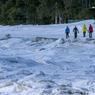 Toujours abondante, la neige invite aux réjouissances, comme ici, une randonnée en raquettes sur le bord du Fleuve Saint Laurent figé par la glace.