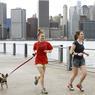Des records de douceur sont battus sur la côte Est des États-Unis. A New York, des joggeurs en tenue printanière font leur sortie à Brooklyn Bridge Park, avec le Manhattan Skyline derrière eux.