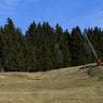 Températures printanières et manque de neige en Suisse. Un skieur solitaire se promène sur le domaine de Villars-Gryon.
