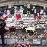 Au pied de la statue de la République, la gerbe du Président de la République et de la Maire de Paris.