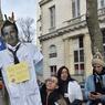 «Martin, si tu savais, ta réforme où on se la met!», scandaient aussi le personnel de l'Assistance publique-Hôpitaux de Paris, appelés à la grève par l'intersyndicale (CGT, FO, CFE-CGC, CFTC, Unsa), devant le ministère de la Santé, pour protester contre la réforme du temps de travail dans les hôpitaux franciliens. A la mi-journée, le taux de mobilisation (grévistes et personnels assignés) était de 5,39% à l'AP-HP. Dans leur ligne de mire, la réforme des 35 heures voulue par le directeur général de l'AP-HP, Martin Hirsch. Les grandes lignes de cet aménagement du temps de travail, qui repose sur des suppressions de RTT et instaure de nouvelles organisations pour les 75.000 agents (hors médecins) des 39 établissements de l'institution, ont fait l'objet d'un protocole d'accord signé fin octobre par la direction et la CFDT.