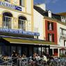 L'hôtel Le Bretagne est situé au coeur de la vie belliloise. Face au port du Palais, on y déjeune en terrasse au rythme insulaire.