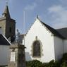 De l'unique village de Houat émerge le clocher en pierre d'une église au milieu de charmantes maisons blanchies à la chaux.