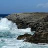 Avis de vent frais. Le légendaire phare des Poulains, perché sur un rocher à Belle-Ile-en-mer, qui est à la fois la plus grande, la plus chic et la plus connue des îles du Morbihan.