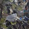 Médecins sans Frontières (MSF) a commencé samedi à monter des tentes pour plus de 1000 personnes supplémentaires, alors que de nombreux migrants dorment dehors, dans des champs humides ou des fossés.