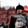 ROUGE PASSION.Les porteurs de reliques n'étaient pas nombreux devant le Kremlin, le 5 mars dernier, pour commémorer le 63e anniversaire de la mort de Joseph Staline, Petit Père des peuples et assassin d'envergure, coupable de purges politiques qui firent 720000 morts, de l'envoi de quelque 1,8 million d'innocents dans les goulags, d'une famine qui extermina 7 millions de citoyens soviétiques, et d'une collusion trop rarement dénoncée avec Adolf Hitler. Mais depuis Poutine et sa nostalgie pour la « Grande Russie », Staline n'en est pas moins en voie de réhabilitation : 68 % de ses compatriotes estiment que la victoire de 1945 lui est due, tandis que les plus jeunes sont 70 % à en avoir une « vision globalement positive »!