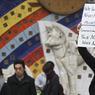 «Nous ne vous oublierons jamais, vous ne marcherez jamais seuls», peut-on lire sur la pancarte brandie par cet homme qui rend hommage aux victimes.