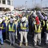 Des travailleurs œuvrant à la décontamination de Namie ont observé une minute de silence avant de commencer leur journée.