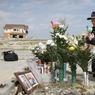 Un couple rend hommage à sa fille disparue le 11 mars 2011, à Namie.