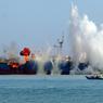 CHOPÉ-COULÉ! La marine indonésienne a décidé de ne plus tergiverser avec les braconniers qui pillent ses ressources de pêche. Tous les navires qu'elle saisit en faute (27 cette année) sont désormais coulés par le fond et leurs équipages expédiés en prison. Celui-ci, le Viking, sous pavillon nigérian, a été dynamité le 14 mars, après avoir été arraisonné grâce aux indications de l'ONG « Sea Shepherd » (Berger des mers), qui s'était juré de mettre un terme aux activités de six chalutiers spécialisés dans le braconnage de la légine australe, un genre de gros brochet très prisé pour la finesse de sa chair. Une lutte sans merci menée avec succès en seulement quinze mois, ce qui équivaut à un exploit dans un archipel comptant plus de 17000 îles.