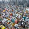VOL DE DRONE AU-DESSUS D'UN NID DE LEGO.Hongkong est décidément spectaculaire sous tous les angles. Observées depuis le sol, ces tours de 15 à 20 étages donnent ainsi l'impression d'obstruer les nuages; alors que, photographiées d'en haut par un drone, elles n'évoquent plus qu'un parterre de Lego cerné par le rempart de gratte-ciel du front de mer. Un cliché saisissant, que le photographe Andy Yeung a mis plus de trois mois à réussir; mais on se demande comment il s'y est pris pour obtenir toutes les autorisations nécessaires, étant donné que le vol de quadricoptères légers, tels que celui utilisé ici, est rigoureusement interdit au-dessus des zones habitées de cette mégalopole chinoise!