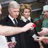 SOUTIEN. Le roi Philippe et la reine Mathilde se sont rendus ce jeudi 24 mars à l'hôpital universitaire du Gasthuisberg de Louvain, où sont hospitalisées plusieurs victimes des attentats. Le couple royal a également rencontré les services d'intervention et le personnel soignant de l'établissement. Sur les 300 blessés, 150 étaient toujours hospitalisés, dont 61 en soins intensifs. Quatre des personnes hospitalisées, dans le coma, n'avaient pas encore été identifiées, selon le ministère de la Santé. Une page Facebook intitulée «Recherche Bruxelles» a été ouverte pour partager des informations sur les personnes portées disparues.