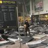MARDI NOIR. Bruxelles a été secouée ce mardi 22 mars par plusieurs attentats terroristes, avec de violentes explosions à l'aéroport international de Zaventem ainsi que dans le métro. Une double déflagration a frappé le hall des départs et des pans de toit se sont effondrés, comme ici sur cette image diffusée par des témoins sur Twitter. Ces derniers ont indiqué que des tirs auraient d'abord été entendus dans le hall du bâtiment, avant qu'une personne ne lance des cris en arabe et que deux explosions retentissent. Selon un premier bilan, il y aurait au moins 26 morts et plusieurs dizaines de blessés.
