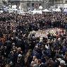 HOMMAGE D'ANONYMES. Les Belges ont observé, mercredi 23 mars à midi, une minute de silence en hommage aux victimes des attentats djihadistes à Bruxelles. Plusieurs milliers de personnes, rassemblées Place de la Bourse, au centre de la capitale, ont rompu le silence aux cris de «Vive la Belgique», suivis par des applaudissements. «Nous ressentons les émotions de la population» a déclaré sur place le bourgmestre de Bruxelles, Yvan Mayeur, «il est normal que l'on soit là, c'est aussi un signe de compassion et plus que ça, je pense qu'on a besoin de pouvoir renouer les liens avec tous ceux qui ont des blessures aujourd'hui.»