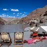Au cœur de la vallée rocheuse, un pique-nique organisé par les équipes de Shanti Travel, sur les rives du Zanskar, bercé par la délicieuse mélodie de son cours d'eau.