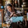 Dans cette vieille maison nobiliaire du village de Hemis Sukpachan, l'hôtesse accueille ces hôtes en leur offrant une tasse de thé au beurre.
