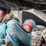 Sur le plateau du Changtang les nomades vivent au rythme de leurs yaks et de leurs chèvres pashmina, ici une mère et sa fille à l'intèrieur d'une tente traditionnelle.