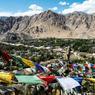 Agités par le vent, ces drapeaux de prière répandent leurs bénédictions sur la ville de Leh, capitale historique du Ladakh, région désormais intégrée dans l'Etat indien de Jammu-et-Cachemire.