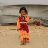 DERACINÉES. Une petite fille se tient devant l'une des cabanes du camp de Shawqaba. La guerre qui touche actuellement le Yemen, et plus particulièrement la province de Hajjah au nord-ouest du pays, oblige de nombreuses familles à quitter leurs villages pour ces refuges précaires. Aujourd'hui, près de 400 d'entre-elles sont contraintes de vivre dans des camps de fortune avec des conditions de vie très délicates.
