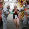 SIMULATION D'ATTENTATS. Lundi 4 avril, plusieurs exercices de prévention ont été organisés aux abords du stade Geoffroy-Guichard à Saint-Etienne (photo) et près d'une « fan-zone » à Bordeaux. A 66 jours du début de l'Euro 2016, l'objectif était de tester les capacités de traitement d'un grand nombre de blessés et de veiller à la complémentarité des différents secours. A Saint-Etienne, l'exercice a regroupé 700 personnes parmi lesquelles des militaires, des pompiers, des policiers et plus de 400 figurants.