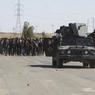 L'ARMÉE IRAKIENNE AVANCE. Les forces de sécurité irakiennes escortent des civils qui ont abandonné leurs habitations suite aux affrontements avec l'Etat Islamique, dans la ville de Hit. Les opérations se poursuivent dans la province d'Al-Anbar et l'armée irakienne est déjà parvenue à s'emparer du nord de la ville. Selon les autorités militaires locales, la reprise du site, situé à 140 km à l'ouest de Bagdad, couperait les sources d'approvisionnement du groupe État islamique.