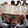 MIGRANTS : RETOUR FORCÉ EN TURQUIE. Lundi 4 avril au matin, 202 migrants ont été renvoyés en Turquie suite à l'accord conclu le 18 mars entre l'Union Européenne et Ankara. Pourtant, de nombreux réfugiés du camp de Chios (ici en photo) avaient protesté en brandissant écriteaux et slogans pour dire « non à la Turquie ». Ce « premier test » se veut un moyen efficace pour endiguer le flux de migrants arrivés en Grèce.