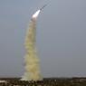 PYONGYANG, LE DEFI PERMANENT. La Corée du Nord et son leader Kim Jong-Un ont testé un nouveau système de missile guidé anti-aérien. Selon l'agence officielle KCNA, le numéro un nord-coréen a exprimé « sa grande satisfaction de ce test couronné de succès ». Alors que se tenait à Washington, jeudi 31 et vendredi 1 avril, un sommet sur la sécurité nucléaire, Pyongyang poursuit sa série de tests de missiles et ses affronts à la communauté internationale. Si l'ONU promet des sanctions contre la Corée du Nord, la politique de défense de Kim Jong-Un ne fait qu'alimenter à nouveau les tensions.