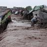 LE PAKISTAN SOUS L'EAU. Dans la nuit du 2 au 3 avril, de fortes pluies ont balayé la région de Peshawar, au nord-ouest du Pakistan. Selon les autorités locales, 53 personnes ont été tuées et on dénombre plus d'une soixantaine de blessés liés aux averses et glissements de terrain. L'été passé, de gigantesques inondations avaient causé la mort de 81 personnes et touché plus de 300 000 personnes à travers tout le pays. Ici, un homme essaie de sauver quelques affaires de son magasin de fortune emporté par les eaux.