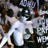ÉMOTION. La «Côte d'Ivoire musicale» a rendu ce mercredi 27 avril un dernier hommage à Jules Shungu Wembadio, alias Papa Wemba, roi de la rumba congolaise, décédé à Abidjan. 5.000 fans tout de blanc vêtus, ont pris d'assaut la salle Anoumabo du palais de la culture de Treichville, en bordure de la lagune, symbole de la ville d'Abidjan. Le chanteur de 66 ans est mort sur scène quelques jours plus tôt, après s'être effondré en plein concert.