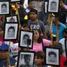 COMBAT. Plus d'un an et demi après la disparition des 43 étudiants dans la ville d'Iguala dans l'Etat de Guerrero, au sud du Mexique, les familles attendent toujours que la vérité soit faite sur cette affaire. Ce mercredi 27 avril, elles ont défilé dans les rues de Mexico en brandissant les portraits des disparus. Ces élèves enseignants n'ont plus donné signe de vie depuis le 27 septembre 2014 alors qu'ils se rendaient à Iguala pour s'emparer d'autobus et collecter de l'argent avant une manifestation dans la capitale.