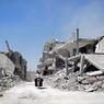 VILLE MARTYRE.A perte de vue, des ruines. Dans ce qui reste du village de Teir Maalah, au nord de Homs, un des épicentres de la guerre civile syrienne, ces deux hommes constatent l'étendue des destructions. Dans la région, la semaine dernière, les forces loyales au gouvernement de Bachar el-Assad ont intensifié leurs frappes aériennes sur les positions tenues par les insurgés. Un déluge d'obus et de barils d'explosifs largués par hélicoptère, au moment même où s'engageaient de nouveaux pourparlers de paix à Genève, sous l'égide de l'ONU. Aujourd'hui, les négociations semblent plus que jamais dans l'impasse. Les combats et les attentats continuent d'ensanglanter le pays. Plus de 270 000 personnes ont péri depuis le début de la guerre en 2011.