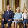 """UNE REINE, TROIS """"ROIS"""".Sur cette photo, publiée par Royal Mail, le principal opérateur postal du Royaume-Uni, à l'occasion de l'anniversaire de la reine, la famille régnante britannique offre une image à la fois solennelle, très officielle et complètement décalée. Très British, en somme. Entourée du prince Charles, du prince William et du prince George, ses trois générations de garçons, Elisabeth II, tout juste 90 ans, semble plus que jamais garante de l'unité symbolique du pays tout entier. Juché sur une pile de tapis en mousse, le petit prince George attire tous les regards, comme une promesse d'avenir et de joie. Une façon sans doute d'affirmer qu'après ses 64 ans de règne, la relève de la reine et de la monarchie demeure assurée. Quoi qu'il arrive."""