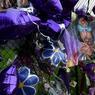HOMMAGE. Depuis l'annonce de son décès la semaine dernière, les fans de Prince ne cessent de déposer fleurs, messages, bougies et ballons violets, sa couleur fétiche, devant les grilles de sa résidence de Paisley Park située près de sa ville natale de Minneapolis, dans le Minnesota, au nord des Etats-Unis. Après sa mort brutale, le chanteur américain âgé de 57 ans s'est hissé à la première place du classement des ventes de disques aux Etats-Unis, avec trois de ses albums faisant leur entrée dans le top 10.
