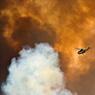 CIEL DE FEU.Dans le ciel incandescent de Fort McMurray, dans la province pétrolière de l'Alberta, au Canada, un hélicoptère des pompiers reprend de l'altitude après avoir lâché des produits retardants sur les flammes des gigantesques feux de forêt qui ravagent la région depuis la semaine dernière. Si la ville de Fort McMurray a été épargnée à 90 % grâce à la mobilisation sans précédent des unités anti-incendie, ses environs ont beaucoup plus souffert. Au total, près de 100000 personnes ont été évacuées et les brasiers, attisés par la sécheresse, ont déjà dévoré plus de 200000 hectares de forêt et détruit plus de 2000 habitations dans les banlieues résidentielles, sans toutefois faire de victimes. Le coût de la catastrophe pourrait dépasser 10 milliards d'euros.