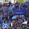 EN MASSE. Juchés sur un bus décapotable, les joueurs de Leicester ont fendu une foule enthousiaste de plusieurs dizaines de milliers de fans ce lundi 16 mai pour fêter leur titre de champions d'Angleterre dans les rues de leur ville. Selon les médias britanniques, ils étaient plus de 100.000 personnes à fêter le titre, soit un tiers des 330.000 habitants de la ville. La dernière fois que l'équipe avait paradé à bord d'un bus remonte à il y a deux ans pour fêter son titre de champion de... deuxième division.