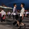 LIESSE À LA NORD-CORÉENNE.Cela n'a rien de flagrant sur la photo, mais les Nord-Coréens n'avaient pas été invités à pareille fête depuis près de quarante ans! C'est leur chef suprême, modestement qualifié cette semaine de « Grand Soleil du XXIe siècle » par la presse officielle, qui les a conviés à clore ainsi le premier congrès politique organisé dans son pays depuis 1980. Un congrès qui avait permis à son père, Kim Jong-il, de s'imposer après le décès de son grand-père, Kim Il-sung. Troisième du nom, Kim Jong-un n'a pas perdu de temps pour s'affirmer comme le digne descendant de cette dynastie sanguinaire : on lui doit déjà plus de cent exécutions politiques, dont celle de son oncle, qui lui faisait trop d'ombre.