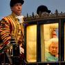 FENÊTRE SUR COUR.Un rien blasée, la reine Elisabeth II arrive en son palais de Windsor, à 36 kilomètres de Londres, pour assister à la énième célébration de son 90e anniversaire depuis la date de celui-ci, le 21 avril dernier. Cette fois-ci, il s'agissait d'une démonstration équestre, qui s'est achevée dimanche 15 mai sur une rétrospective de ses 64 années de règne à laquelle participaient plusieurs cavaliers de sa famille, dont le prince Edward, la princesse Anne et deux de ses arrière-petites-filles. La prochaine fête aura lieu en juin avec un pique-nique géant qui devrait réunir 10000 participants, en attendant celles de l'an prochain pour ses 70 ans de mariage avec le prince Philip, caché ici par l'une des lanternes du carrosse.