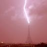 COUP DE FOUDRE.Si la tour Eiffel est sans aucun doute l'un des monuments parisiens le plus souvent frappé par la foudre, il faut avoir la chance d'être là au bon moment pour immortaliser cet instant où, elle semble soudain appartenir à un autre monde. Certains photographes en quête d'une telle image croient en leur bonne étoile ou font confiance au destin. D'autres, comme Bertrand Kulik, mettent toutes les chances de leur côté et choisissent même de vivre dans un appartement avec vue imprenable sur le plus célèbre édifice de la capitale. Chasseur d'orages, celui-ci a déjà pris des centaines de clichés de la dame de fer soumise aux plus invraisemblables caprices de la météo. Celui-ci a déjà fait plusieurs fois le tour du monde sur les réseaux sociaux.