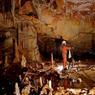 Dans la plus grande salle de la grotte souterraine de Bruniquel, à plus de 300 mètres de la sortie, une équipe de chercheurs franco-belges dirigée par Sophie Verheyden se livre à une étude archéomagnétique. Les résultats de cette opération lancée en 2013 viennent d'aboutir: il est scientifiquement prouvé que la caverne a été aménagéé par l'homme de Néandertal il y a...176.500 ans.