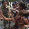LOI DU SILENCE. Dans les rues de Calcutta, en Inde, ce mardi 31 mai, cette jeune femme, membre de l'organisation Social Unity Centre of India (SUCI), a été prise à partie par les forces de l'ordre alors qu'elle manifestait pour dénoncer le viol collectif d'une femme. Dans ce pays, plus d'une femme sur deux a été victime de violences sexuelles, selon une étude de 2014 du Centre International de Recherches sur les Femmes et du Fonds des Nations Unies pour la Population.