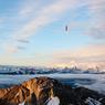 TROMPE-LA-MORT.Un seul faux pas et c'est la chute. Perchés à 30 mètres en équilibre sur un câble tendu entre deux parois, juste au-dessus du sommet du mont Pilate, qui culmine à 2132 mètres d'altitude dans les Alpes suisses, les funambules Lukas Irmler et Samuel Volery ont tout simplement battu le record du monde de « slacklining » (c'est le terme anglais consacré de cette discipline de sport extrême) sur corde de polyamide. Malgré le ciel splendide, les deux équilibristes ont affronté le vide dans des conditions climatiques très difficiles avec de la pluie, du vent et des nappes de brouillard intermittentes. Un véritable exploit réalisé en quelque cinquante minutes. Samuel Volery, qui n'en était pas à son coup d'essai, avait déjà battu plusieurs records du monde.