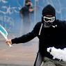 COUP DROIT À L'EXTRÊME GAUCHE.Si le tournoi de Roland-Garros s'est terminé dans la joie de la victoire de Djokovic et du beau geste sportif, les émeutes et les manifestations contre la loi El Khomri continuent, elles, à jouer les prolongations… A l'image de ce coup droit assez joliment exécuté, il faut le reconnaître, par ce manifestant nantais, avec une grenade lacrymogène à la place d'une balle de tennis. On serait même tenté d'applaudir, à ceci près que ces vidéos et ces images d'affrontements entre casseurs et policiers diffusées en boucle ont fini par nous lasser. L'affrontement, jusqu'à quand? Difficile de répondre quand, de l'aveu même des forces de l'ordre, de plus en plus de radicaux de l'ultragauche passent à l'action.