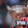 VICTORIEUX. Ce dimanche 5 juin, le N°1 mondial Novak Djokovic a remporté la finale de Roland-Garros, dernier titre du Grand Chelem manquant à son palmarès, malgré la pluie, durant toute la quinzaine, qui a perturbé l'ensemble du tournoi. Le joueur serbe a battu l'Ecossais Andy Murray en quatre sets (3-6, 6-1, 6-2, 6-4).