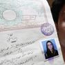 ÉMOI. Des photos : voilà tout ce qu'il reste à cet homme en souvenir de sa femme. Zeenat Bibi, une adolescente pakistanaise âgée de 16 ans, a été tuée par sa mère pour avoir épousé, il y a quelques jours, un camarade de classe qui déplaisait à ses proches. Elle a été étranglée et brûlée ce mercredi 8 juin à Lahore, capitale culturelle du Pakistan. Chaque année dans ce pays, des centaines de femmes sont tuées pour avoir bafoué l'honneur familial, mais il est rare que de tels crimes dits «d'honneur» soient perpétrés par des femmes.