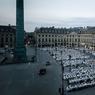 DRESS CODE. Le fameux diner en « blanc » s'est invité le 8 juin 2016 sur la place Vendôme, avec 7 000 participants pour sa 28ème édition. Chaque année vers début juin, des milliers de convives tous vêtus de blanc investissent en quelques minutes un lieu de Paris pour le transformer pendant trois heures en un des plus grands pique-niques du monde.