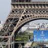 J-1. La France donne, ce jeudi 9 juin, le coup d'envoi des festivités de l'Euro-2016 de football avec un concert géant à Paris. A la veille du match d'ouverture France-Roumanie, un concert gratuit au pied de la tour Eiffel, auquel doivent assister 80.000 personnes, aura valeur de test pour des forces de l'ordre en état d'alerte maximale. Près de 8 millions de supporteurs, dont deux millions d'étrangers, sont annoncés durant la compétition.