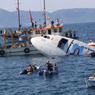 COULÉ. De nombreux touristes sont venus assister à l'événement au large du site populaire de Kusadasi, dans la province d'Aydin, en Turquie. Un Airbus A300, d'une envergure de 44 m et d'une longueur de 54 m, a été coulé au fond de la mer pour encourager la plongée. Cette action spectaculaire vise à créer un récif artificiel dont sont friands les plongeurs chevronnés.