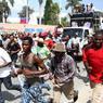 CHAOS. Une grande marche était organisée, mardi 14 juin, à Port-au-Prince, pour demander la prolongation du mandat de Jocelerme Privert jusqu'aux prochaines élections présidentielles. Le président provisoire de la République haïtienne avait été élu par le parlement, le 17 février dernier, jusqu'au 14 juin, suite au départ de Michel Martelly. Le prochain scrutin doit se tenir le 9 octobre prochain, mais aucune décision pour remplacer le chef d'Etat intérimaire n'a, pour le moment, été prise par le parlement.